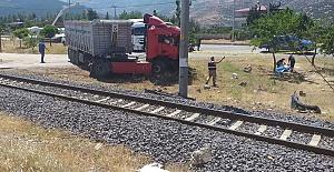 Trenin Çarptığı Tırın Sürücüsü Öldü
