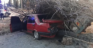 Otomobil Römorka Çarptı 3 Yaralı