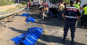 Otomobil Kamyonetle Çarpıştı 4 Kişi Öldü
