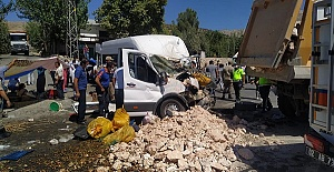 Minibüs İle Kamyon Çarpıştı 1 Ölü 19 Yaralı