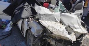 Otomobil Kamyona Çarptı 3 Ölü