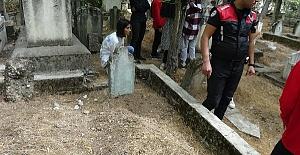 Mezarlıkta Bebeğin Yarısını Gömüp Terk Etmişler
