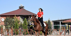 Atlı Polislerin Kadın Süvarisi