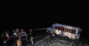 Minibüs Devrildi 15 Yaralı